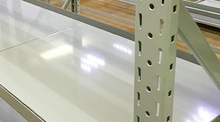 医院消耗品仓库货架铺木层板好还是铁层板好?【易达货架】