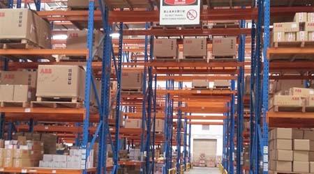 大型仓储货架厂家桥式通道货架指的是哪种?[易达货架]