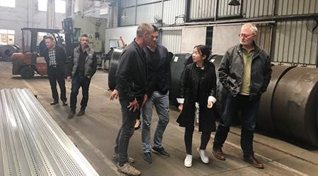 广州仓储货架厂易达工程师带澳洲客户参观工厂