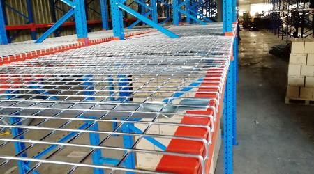 家电仓库所用货架增加网格板的好处?【易达货架】
