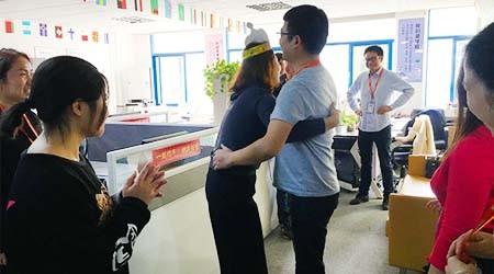 易达重型货架厂员工生日会:拥抱是基本的礼仪