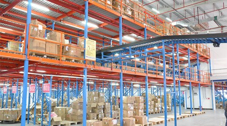 阁楼式仓储货架厂家可拆卸仓库货架安装稳固吗?【易达货架】