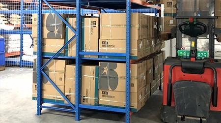 大型仓储货架厂家三立柱货架指的是哪种类型?[易达货架]