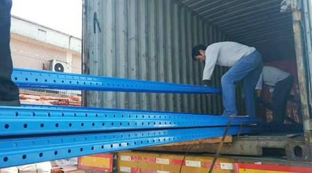 出口菲律宾的高位仓储货架正在装柜中[易达货架]