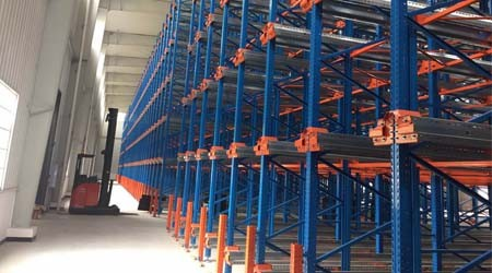 食品行业使用穿梭式仓库货架需要注意哪些问题?[易达货架]