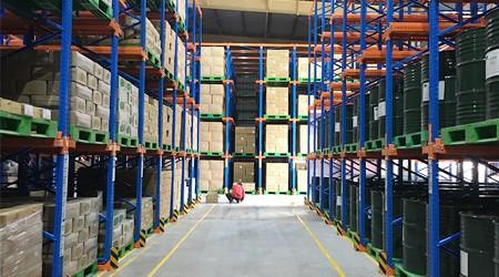 先进后出的仓储货架货架每排能设计多少个货位?[易达货架]