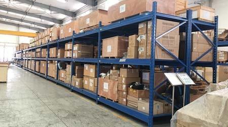 广东中量型搁板式货架用于哪些行业仓库?【易达货架】