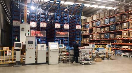 带客户参观小型智能仓库货架江门工厂货架【易达货架】