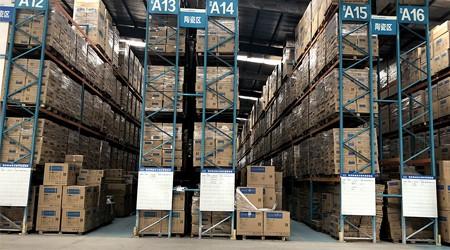 化妆品电商仓库货架货物存放可以超过货架托盘边吗?【易达货架】