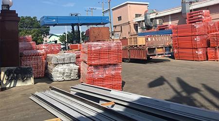出口阿布扎比的立体仓库货架今天开始装柜啦