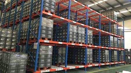 韶关重力自滑式货架厂家的重力式货架如何控制货物滑行速度?【易达货架】