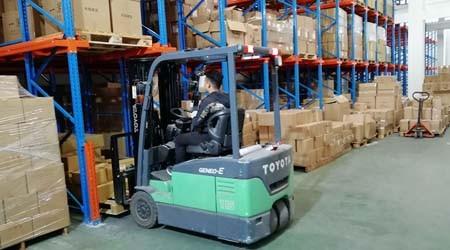 深圳通廊式货架批发商贯通式货架太深不便于取货怎么办?【易达货架】
