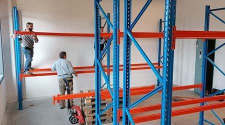 佛山工厂货架厂家意大利客户定制的托盘式货架安装中【易达货架】