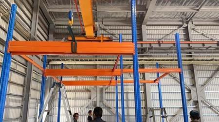 易达桂林仓库货架直销公司日本客户定制的阁楼平台开始安装【易达货架】