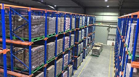 重型仓库货架可以使用吊机存取货吗?