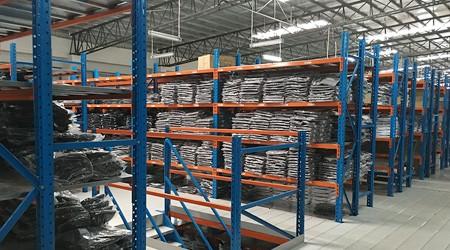 南沙阁楼平台货架用在服装行业的优势【易达货架】