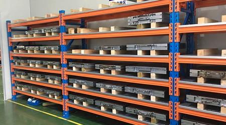 抽拉式重型模具货架和横梁式模具架的对比【易达货架】