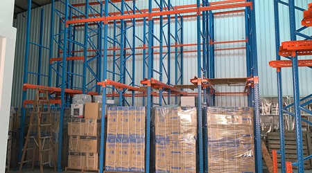 承德贯通式仓库货架存储货物有哪些优势?【易达货架】